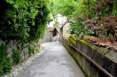 Een toegangsweg naar het kasteel.
