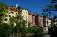 Kleurrijke gebouwen aan de oevers van de rivier.