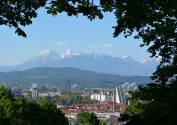 Bij mooi weer zijn de Julische Alpen zichtbaar.