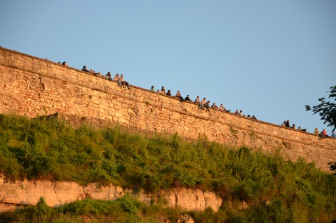 Veel locals gaan op het fort naar de zonsondergang kijken.