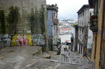 De grijze muur links ondersteunt de brug.