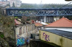 Zicht op de wijk. Op de achtergrond is de oude stadsomwalling te zien.