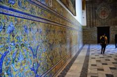 Een kleurrijke muur in het Alcázar Real.