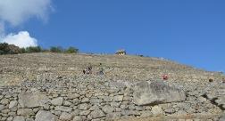 Van beneden gezien lijken de terrassen op een gigantische muur.