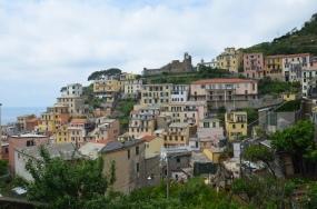 Zicht op Riomaggiore en het kasteel.