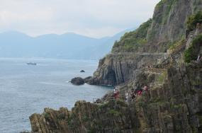 Het rotsachtige landschap waarvop de 5 stadjes van de Cinque Terre gebouwd zijn.