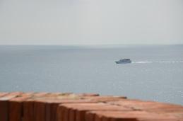 Er kan van stadje naar stadje gewandeld of getreind worden. Maar de Cinque Terre kan ook per toeristenboot bezocht worden. Of -iets duurder- met een privé speedboat.