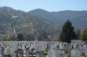 De heuvels rond Banja Luka, met op de voorgrond een kerkhof.